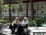 Ana Vela, de 114 años, junto a su hija, de 88, en la residencia La Verneda.
