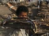 Un niño carga la leña en Yemen