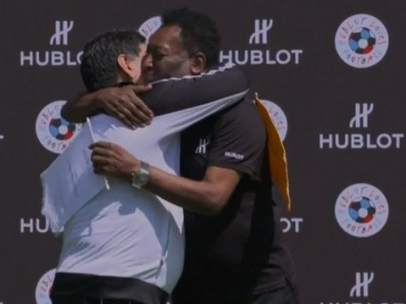 Maradona y Pelé abrazo