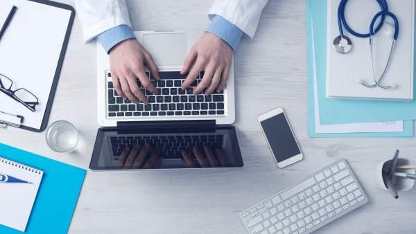 Médico y ordenador.