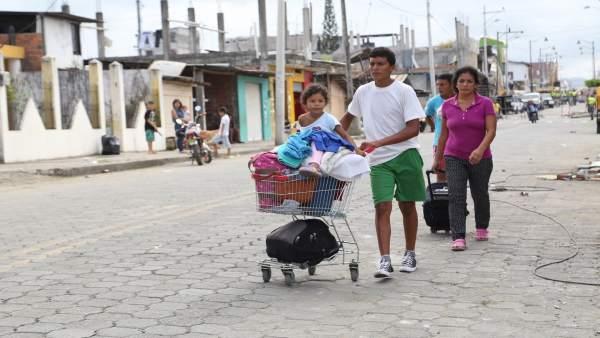 Familia afectada por el terremoto en Ecuador