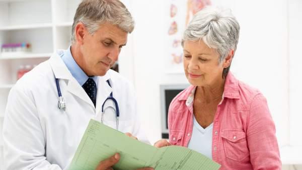 Un doctor y una paciente en una consulta médica