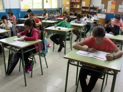 Alumnos de Primaria y ESO realizando pruebas de Competencias