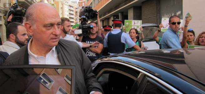 Fernández Díaz en un escrache de la PAH