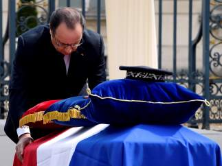 Hollande presenta sus respetos