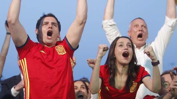 Rivera y Arrimadas celebran gol de la Roja