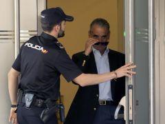 Mario Conde entrega su pasaporte