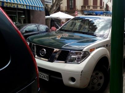Un vehículo de la Guardia Civil en la calle Ibiza de Palma.