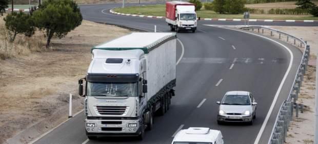 Vehículos circulando por una carretera.