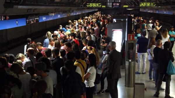 Aglomeraciones en el metro de Barcelona por la huelga.
