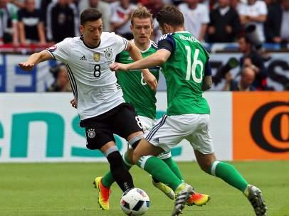 Özil ante Irlanda del Norte