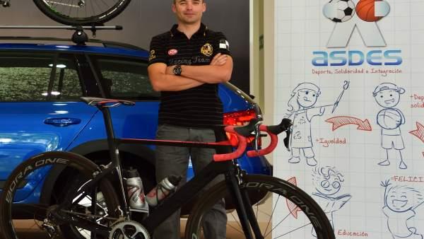 Un ciclista recorre Aragón de norte a sur en una iniciativa solidaria
