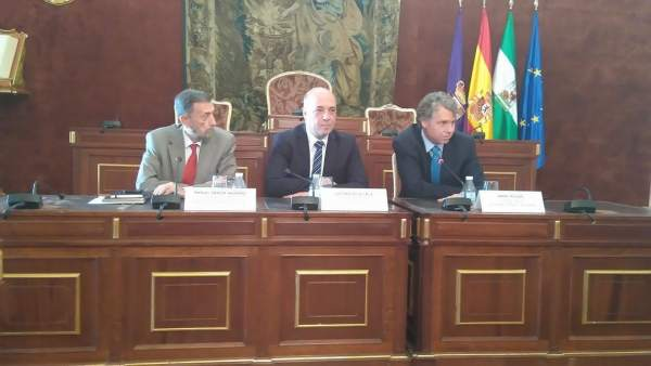 Antonio Ruiz (centro) y Gracia (izda.) durante el encuentro con alcaldes