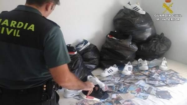 Prendas de ropa falsificadas intervenidas por la Guardia Civil de Huelva.