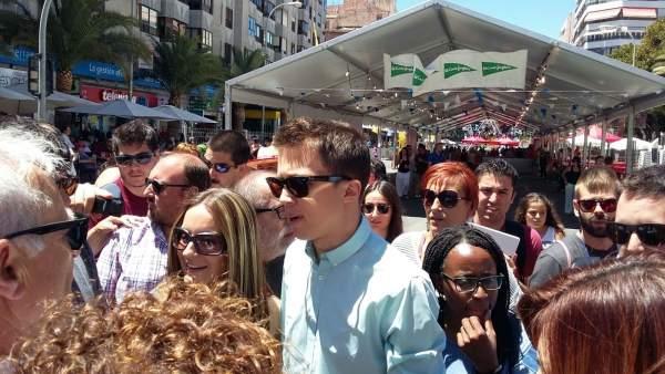 Errejón, entre Rita Boshao y Àngela Ballester, y ante Joan Ribo en Alicante