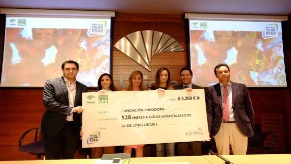 Unicaja entrega cheque a Fundación Theodora