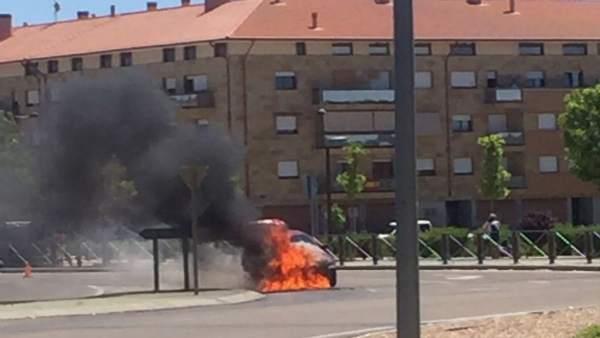 Turismo incendiado en Arroyo de la Encomienda (Valladolid)