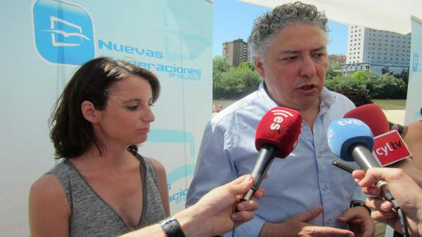 Tomás Burgos y Andrea Levy, en un acto de campaña en Valladolid.
