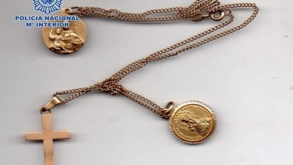 Una de las joyas recuperadas por la Policía