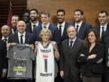 Manuela Carmena recibe al Real Madrid de baloncesto