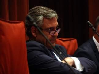 Daniel de Alfonso, director de la Oficina Antifraude de Catalunya (OAC), escucha las intervenciones de los parlamentarios en la cámara catalana por las escuchas a él y al ministro del Interior, Jorge Fernández Díaz.