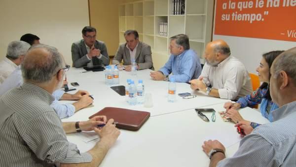 Prendes y García (centro) reunidos con representantes de la concertada.