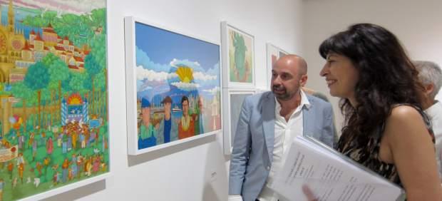 Ana Redondo observa obras de la muestra sobre ilustración en el Herreriano