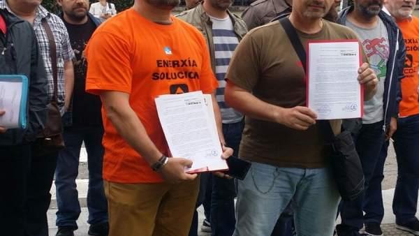 Entrega de un escrito para Feijóo de trabajadores de Alcoa en la Xunta