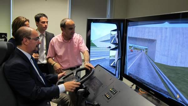 El presidente de Aragón en un simulador de conducción de camión