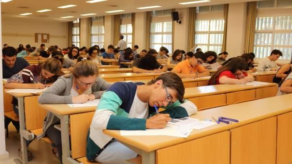 Alumnos se examinan de Selectividad en la UPO