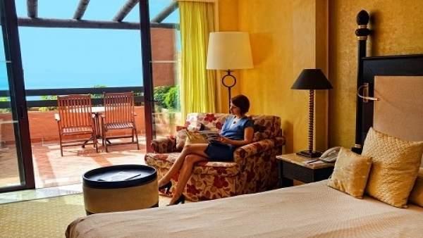 Imagen de un turista en un hotel