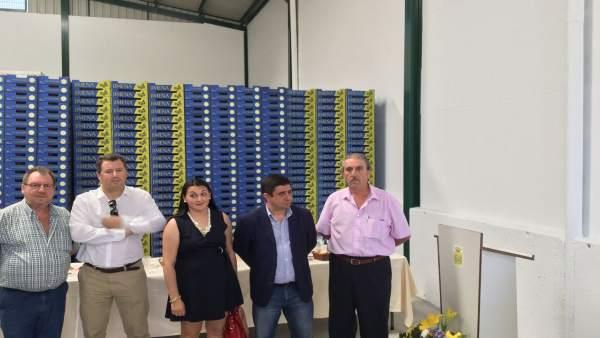 Reyes (2d) en la cooperativa San Isidro.