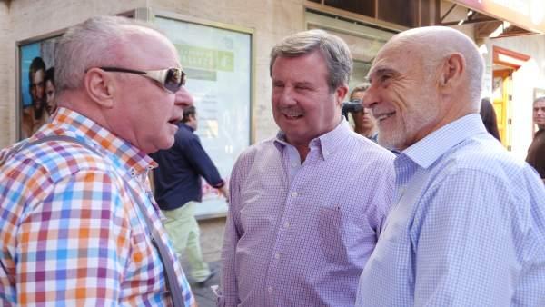Gabino Puche (d), junto a García Anguita, conversa con un hombre.