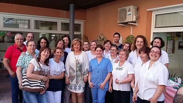 Teresa Vega con personal de la residencia de mayores de Úbeda.