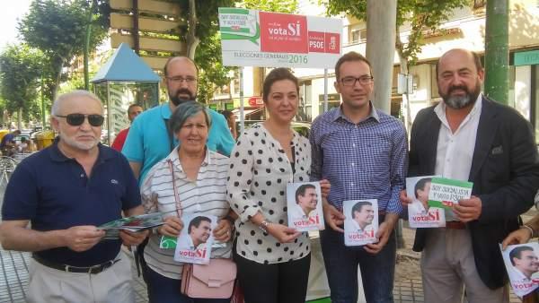Ambrosio (centro) y Torres (dcha.) con otros cargos del PSOE