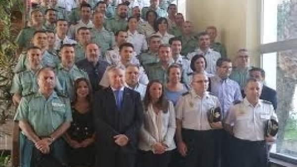 Primo Jurado (centro) durante entrega de diplomas