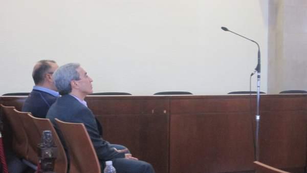 El exacalde, sentado en el banquillo de los acusados