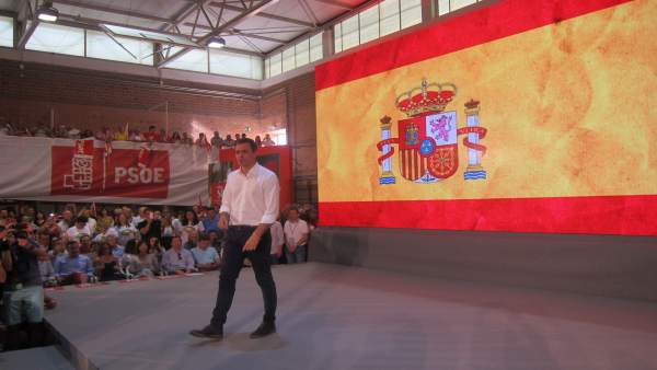 Pedro Sánchez (PSOE) en un mitin en Murcia junto bandera de España