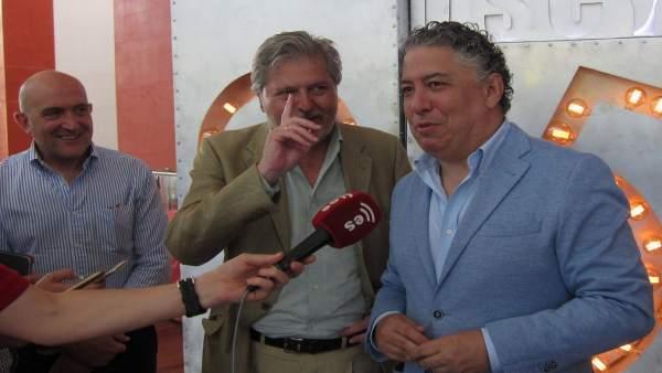 Méndez de Vigo, flanqueado por Jesús Julio Carnero (i) y Tomás Burgos (d)