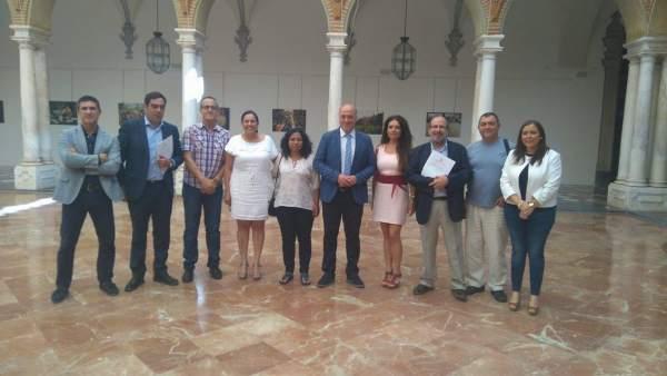 Antonio Ruiz (centro) junto a representantes de las asociaciones