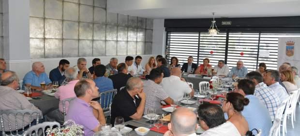 Junta y ayuntamiento de v lez se re nen con empresarios for Oficina de empleo velez malaga