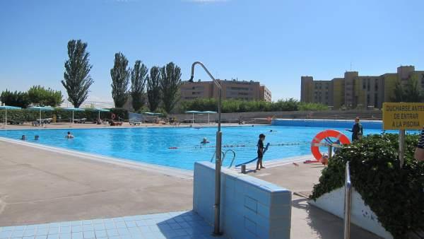 La campa a 39 sol sin riesgo 39 llega a las piscinas municipales for Piscina miralbueno