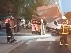 Una furgoneta arrolla una marquesina de bus en Madrid