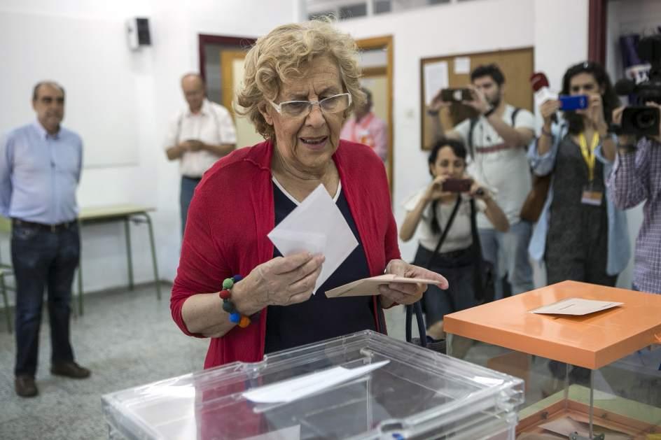 Vota Carmena. La alcaldesa de Madrid, Manuela Carmena, ejerce su derecho al voto en el IES Conde de Orgaz, en el madrileño barrio de Hortaleza, en Madrid.