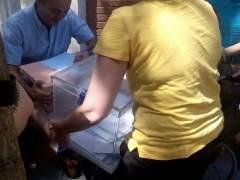 Sacan a la calle dos urnas de un colegio electoral para que puedan votar discapacitados