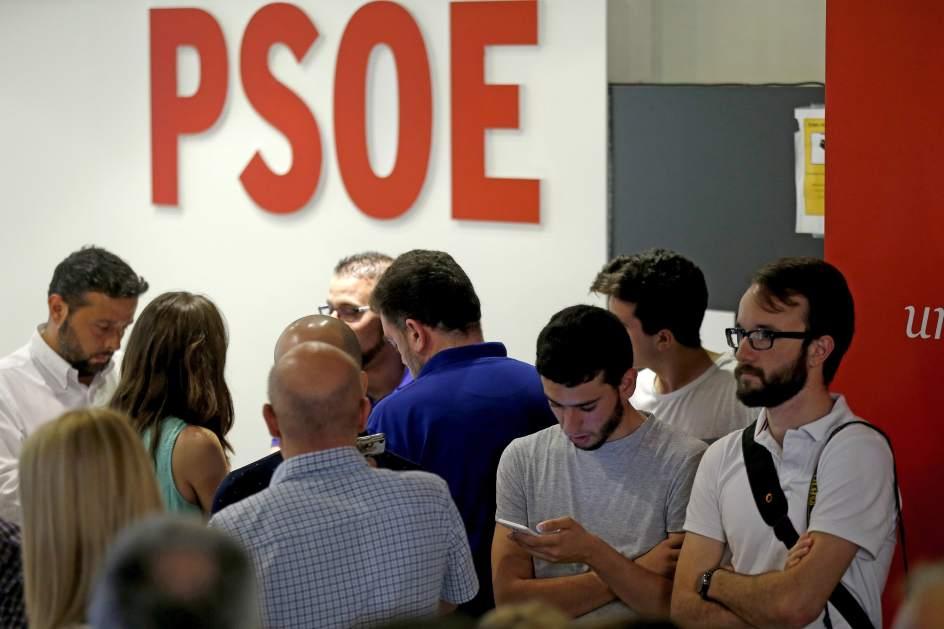 Elecciones 26J. Ambiente en la sede del PSOE, en la madrileña calle de Ferraz, tras el cierre de los colegios electorales en esta jornada de elecciones generales.