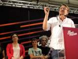 El cabeza de lista de En Comú Podem, Xavier Doménech, valorando los resultados del 26-J en Cataluña que sitúan a su fuerza como la más votada. Detrás de él, la alcaldesa de Barcelona, Ada Colau.