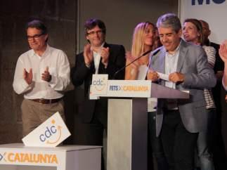 Mas y Puigdemont aplauden a Francesc Homs tras valorar los resultados electorales del 26-J.