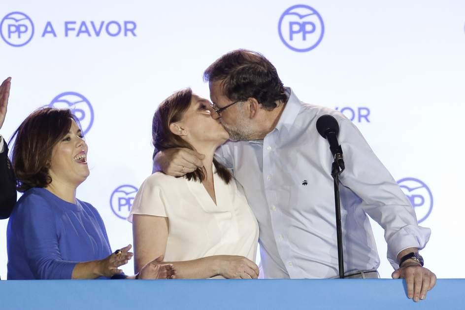 El beso. Mariano Rajoy besa a su mujer, Elvira, tras ganar las elecciones.