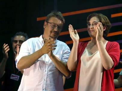 Ada Colau, alcaldesa de Barcelona, junto a Xavier Domènech, candidato de En Comú Podem a las elecciones generales del 26-J, durante su comparecencia conjunta tras el recuento electoral. La formación ha ganado los comicios en Cataluña.